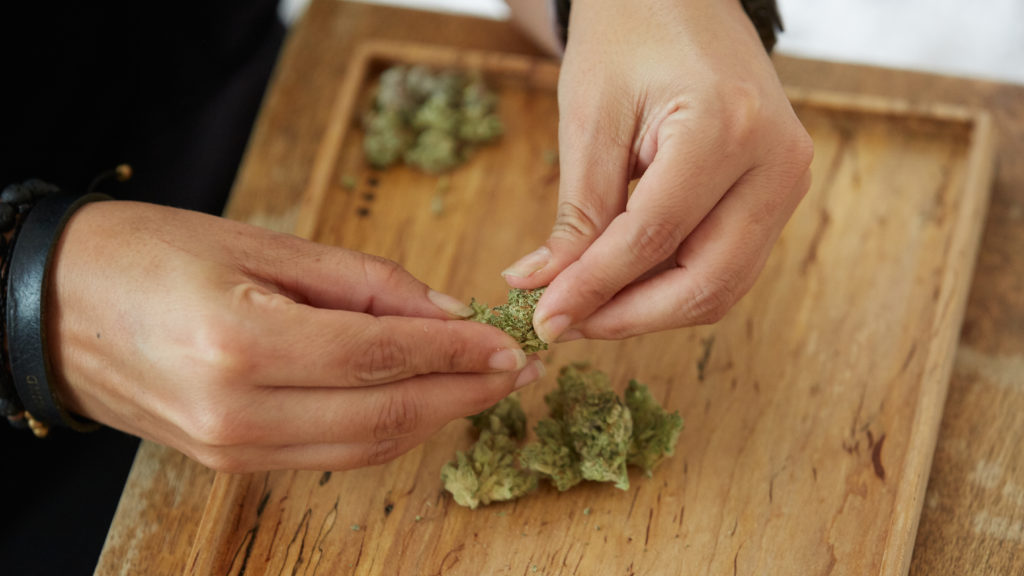 How-To-Grind-Weed-WIthout-Grinder